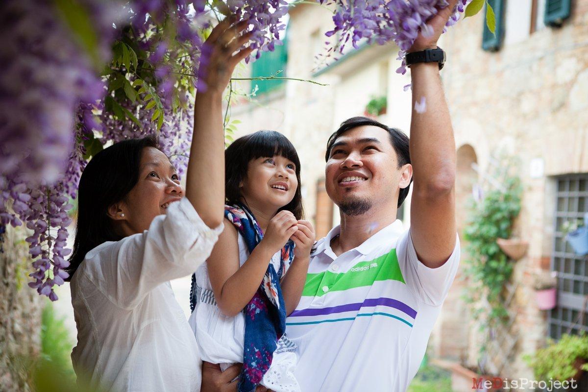 Family photos under wisteria flowers