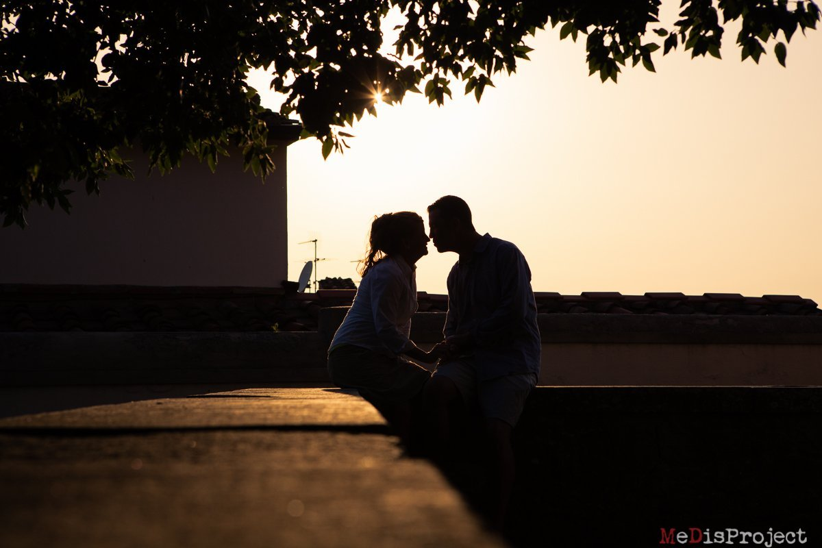 couple kissing at sunset in vinci