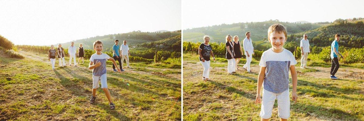 a big family photo shoot in Tuscany