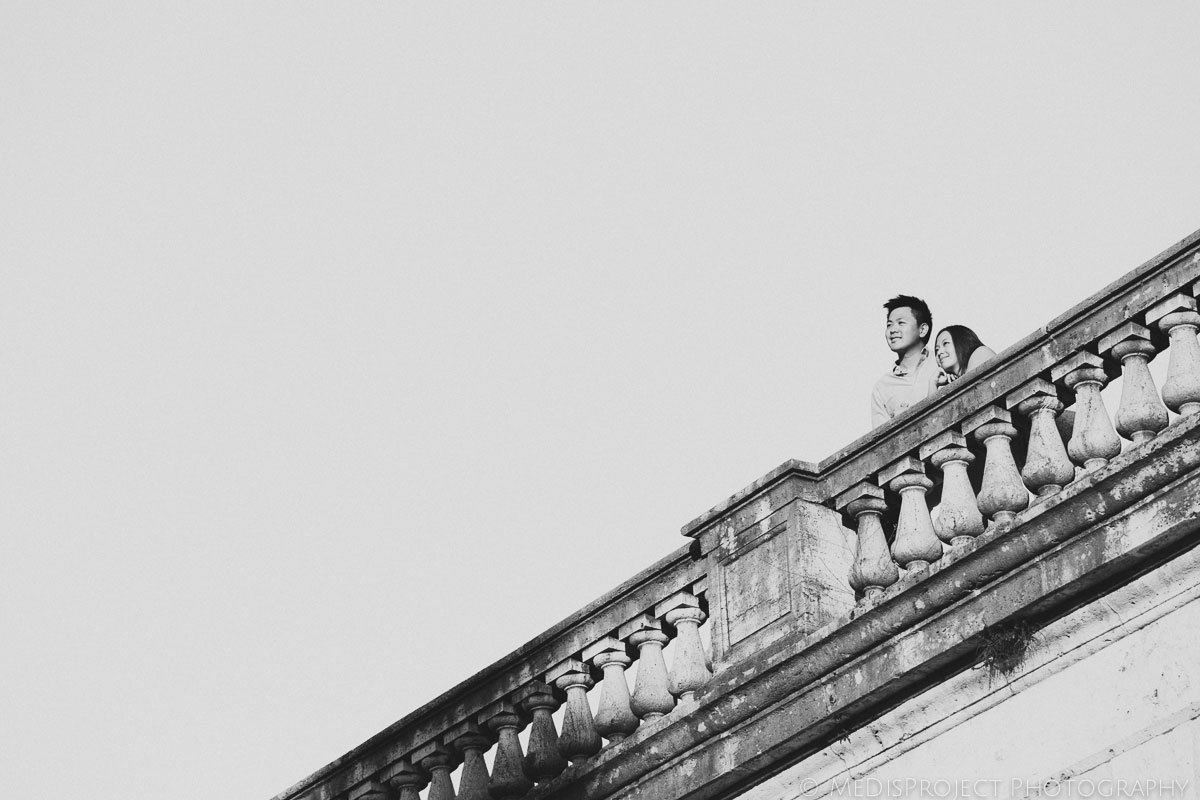 Black and white photo of a couple leaning on a balustrade in Florence