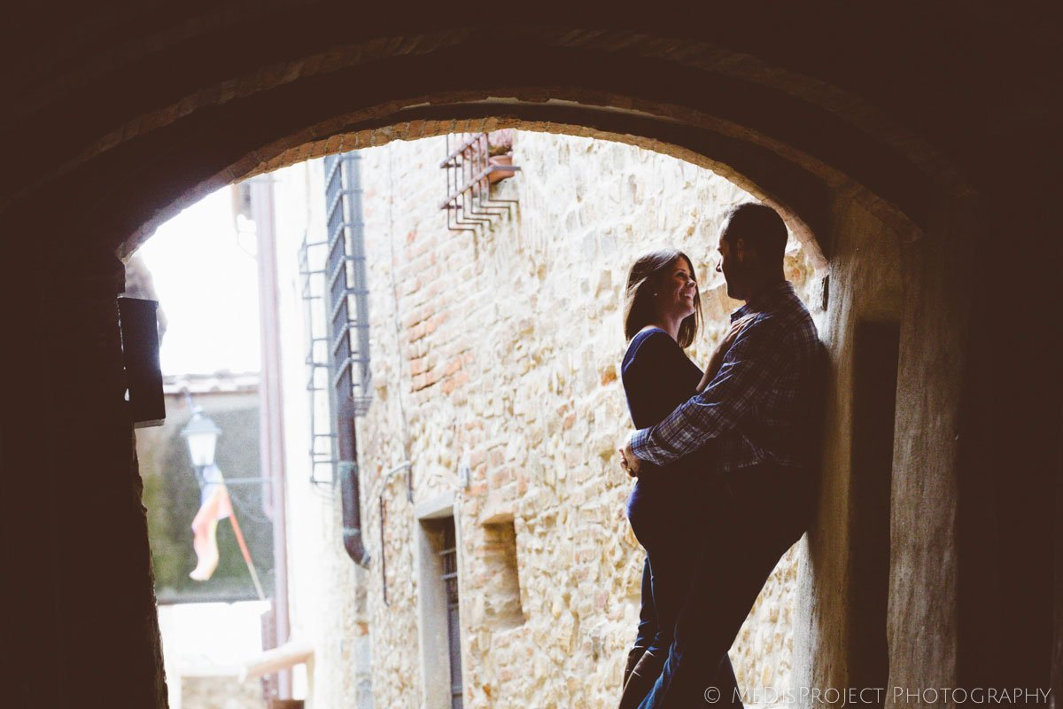 couple kissing under an archway