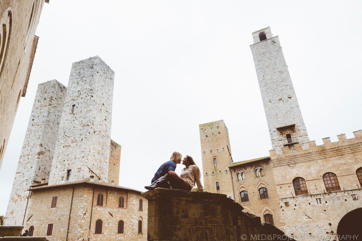 couple having a romantic photo session in San Gimignano