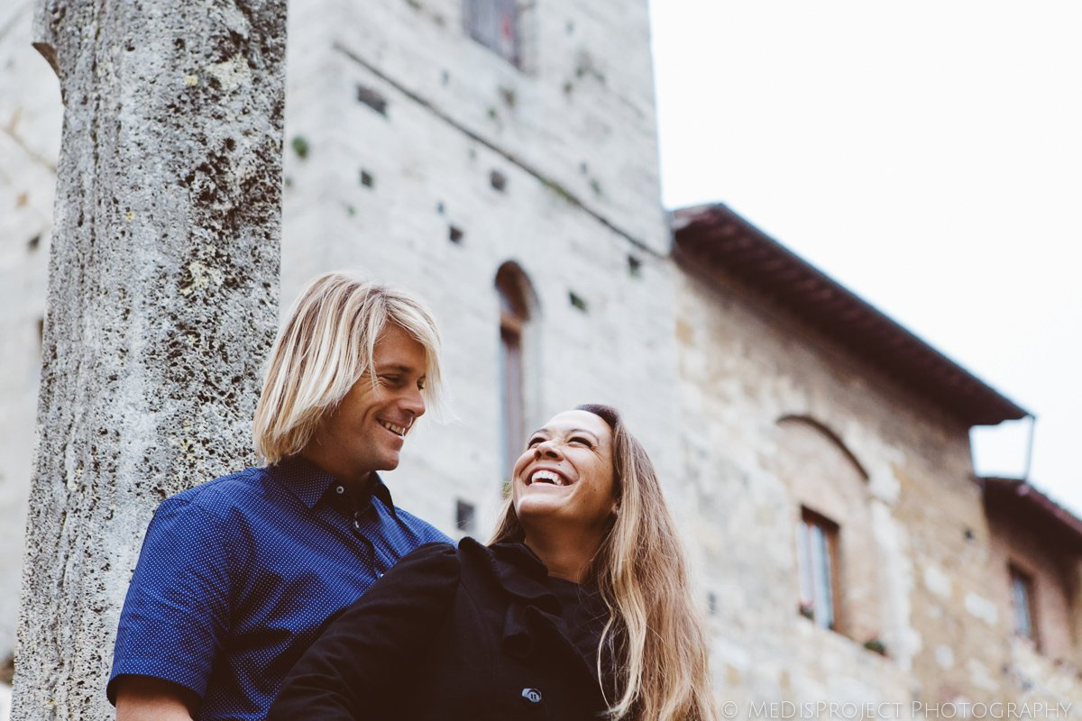 couple portrait in san gimignano