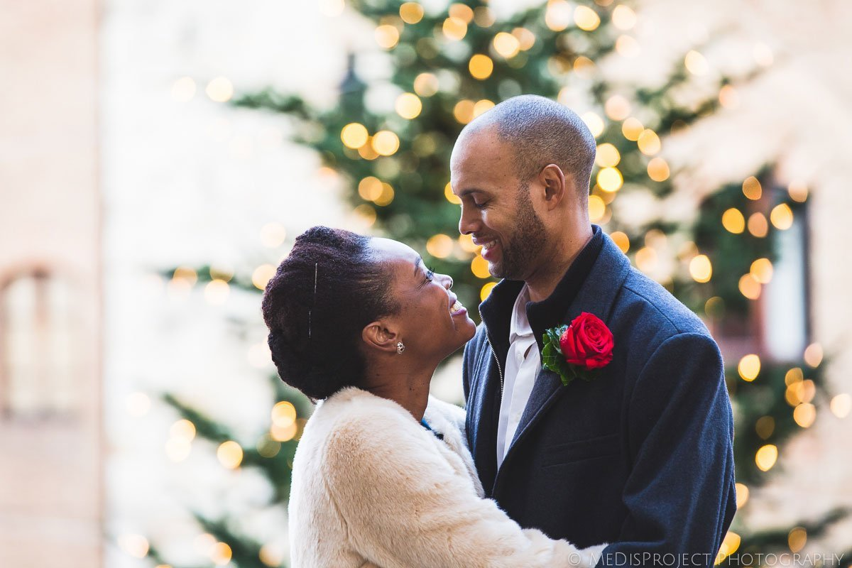 winter wedding in San Gimignano, spouses at the Christmas tree