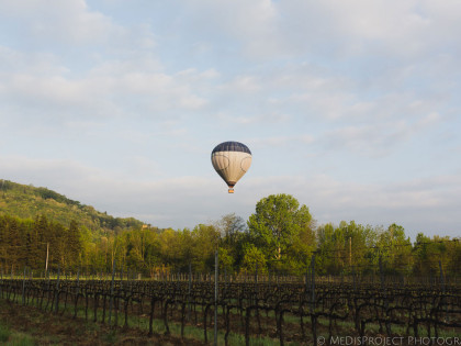 Romantic photo session in hot-air balloon | Early morning flight over the countryside