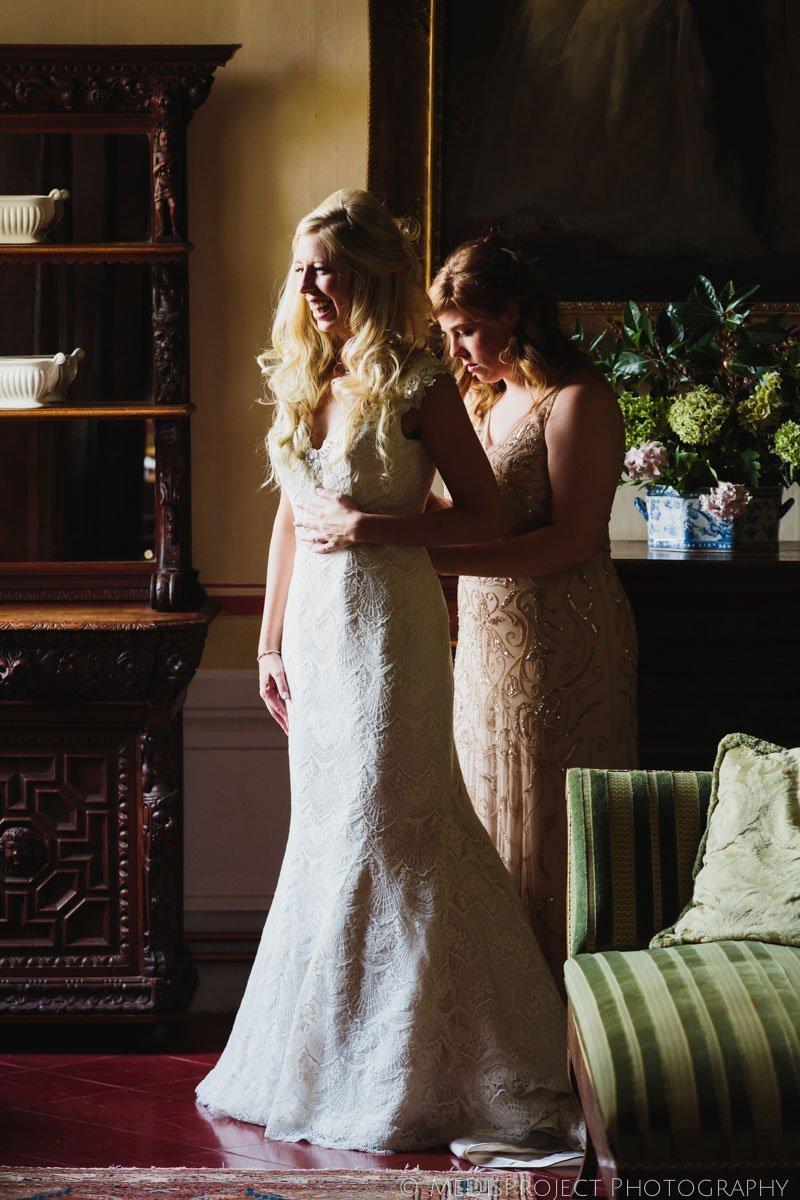 bride closing the dress before her wedding in Stomennano, Tuscany