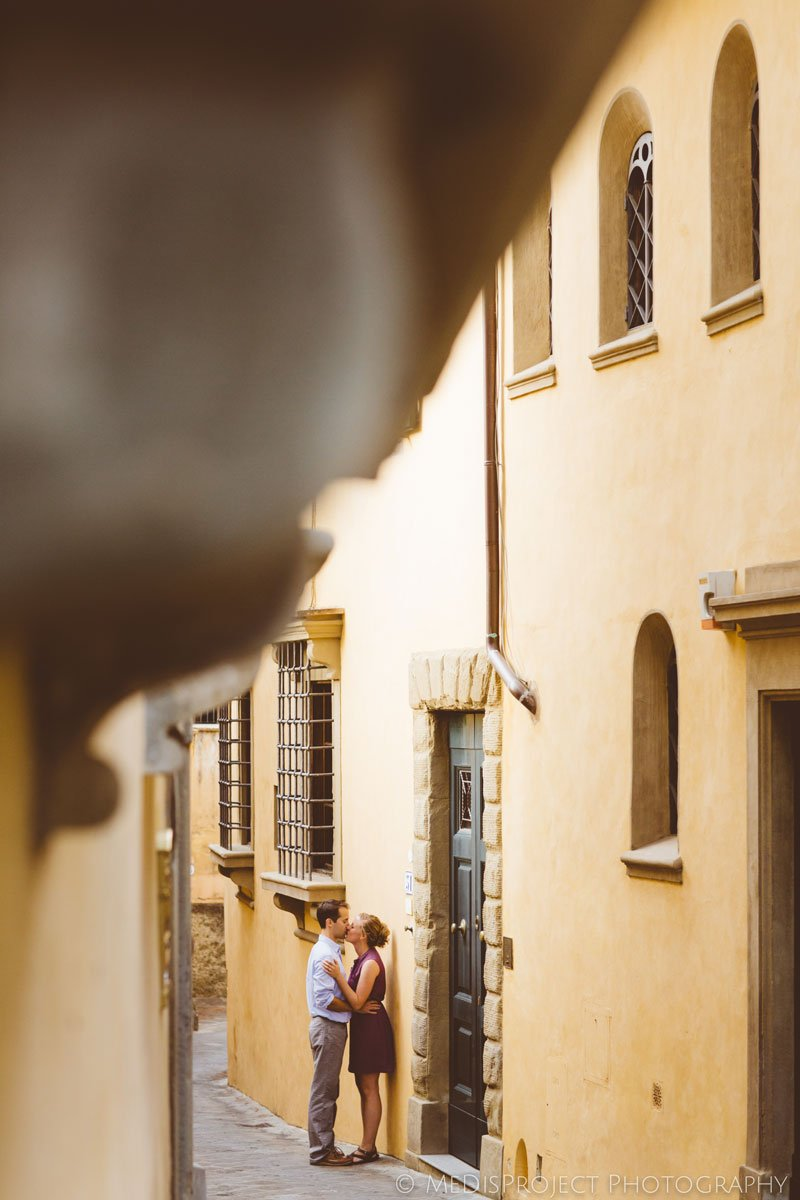couple kissing in the old streets of Florence