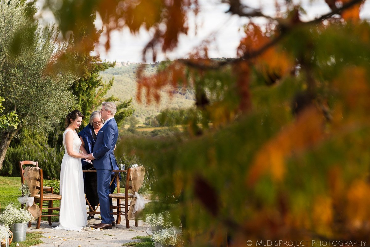 Emotions during an outdoor wedding ceremony at Casa Cornacchi, Bucine in autumn