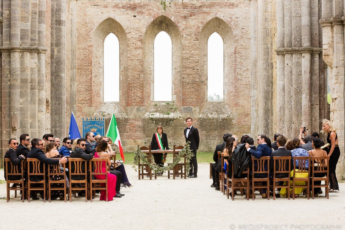 Tuscan wedding in San Galgano roofless church