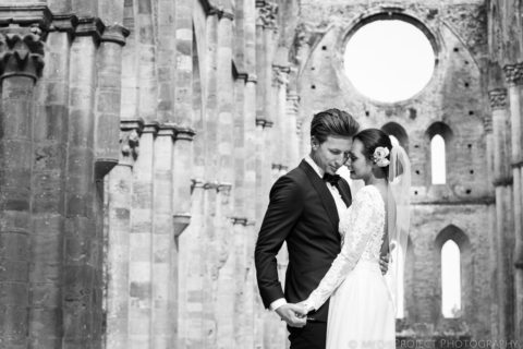 Romantic wedding photos in San Galgano roofless church