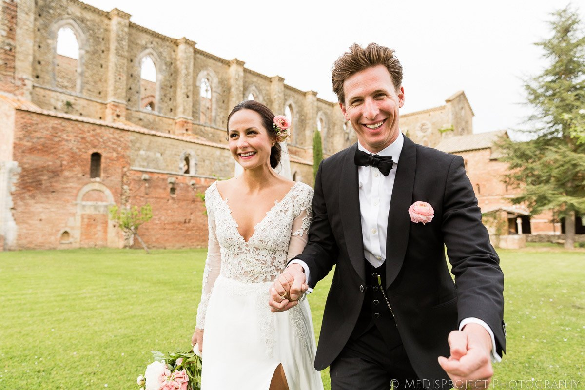 Happy couple shooting in San Galgano abbey garden