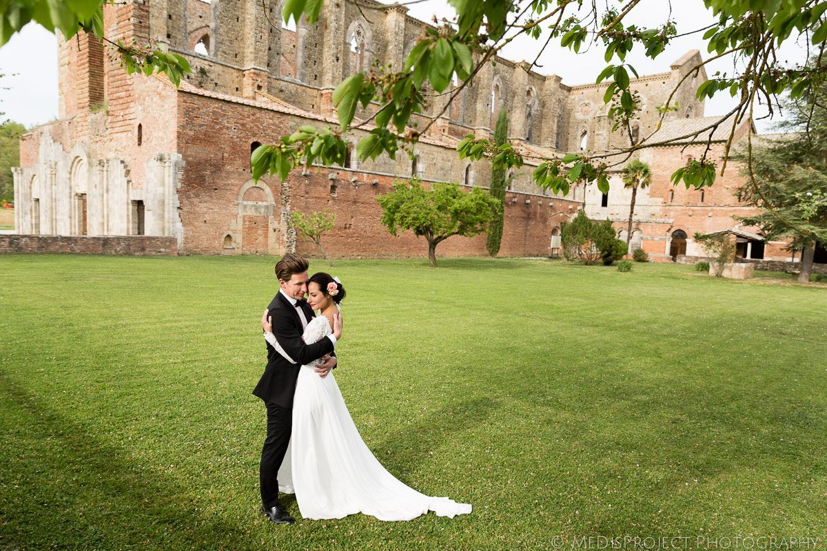 Bride and Groom shooting in San Galgano abbey garden