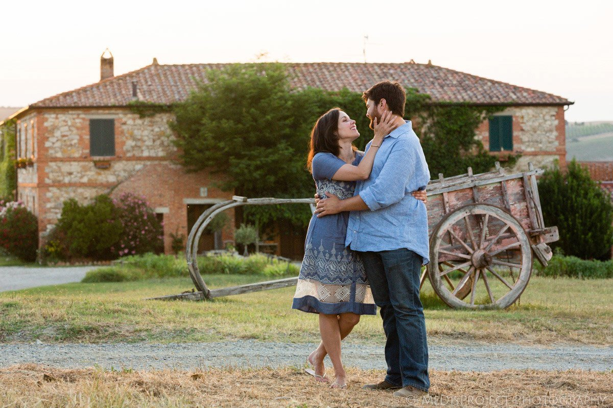 couple embracing in front of Agriturismo il Rigo in Tuscany