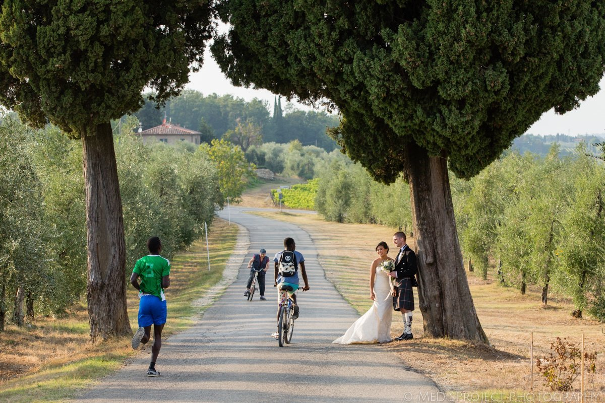 candid wedding photos in the Tuscan countryside