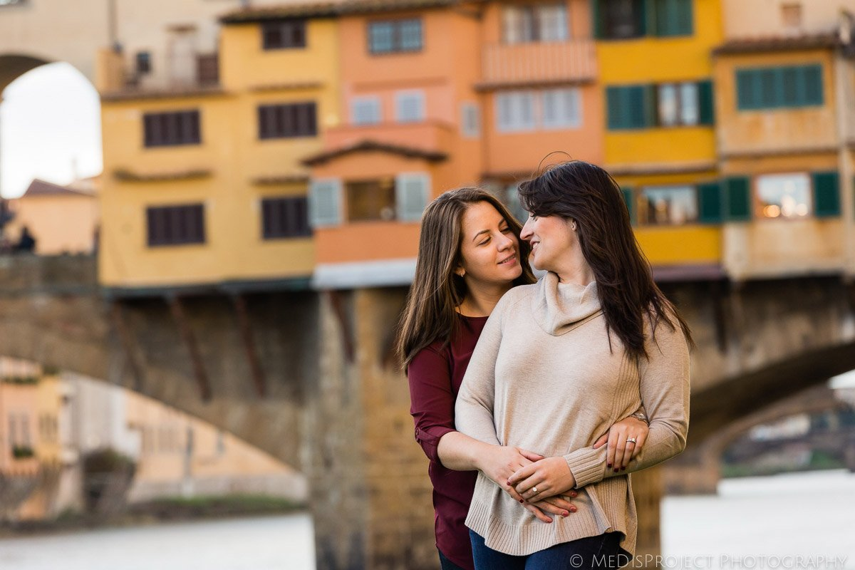 lesbian photo session under Ponte Vecchio in Florence