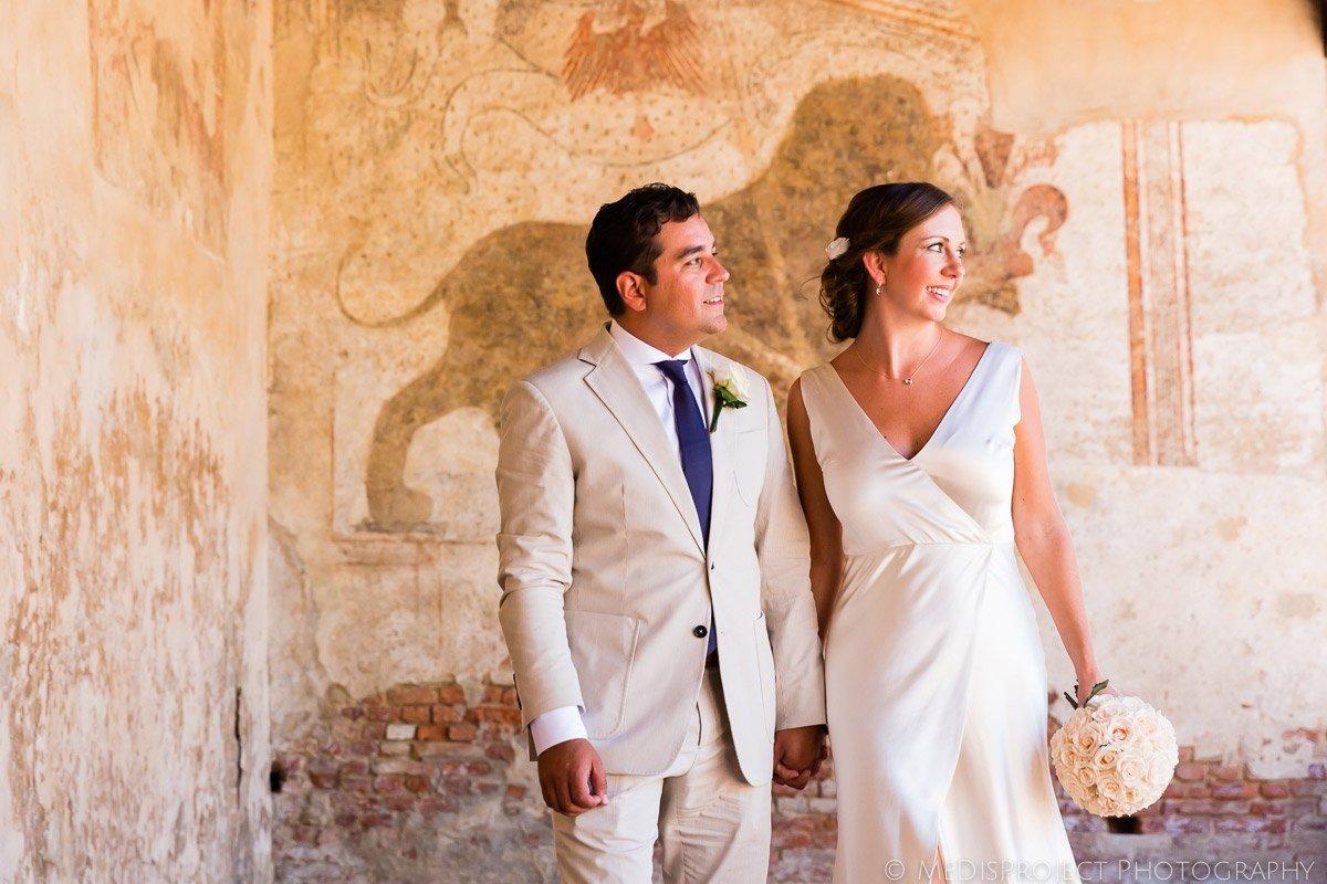 Romantic elopement photo shoot in the center of Certaldo Alto