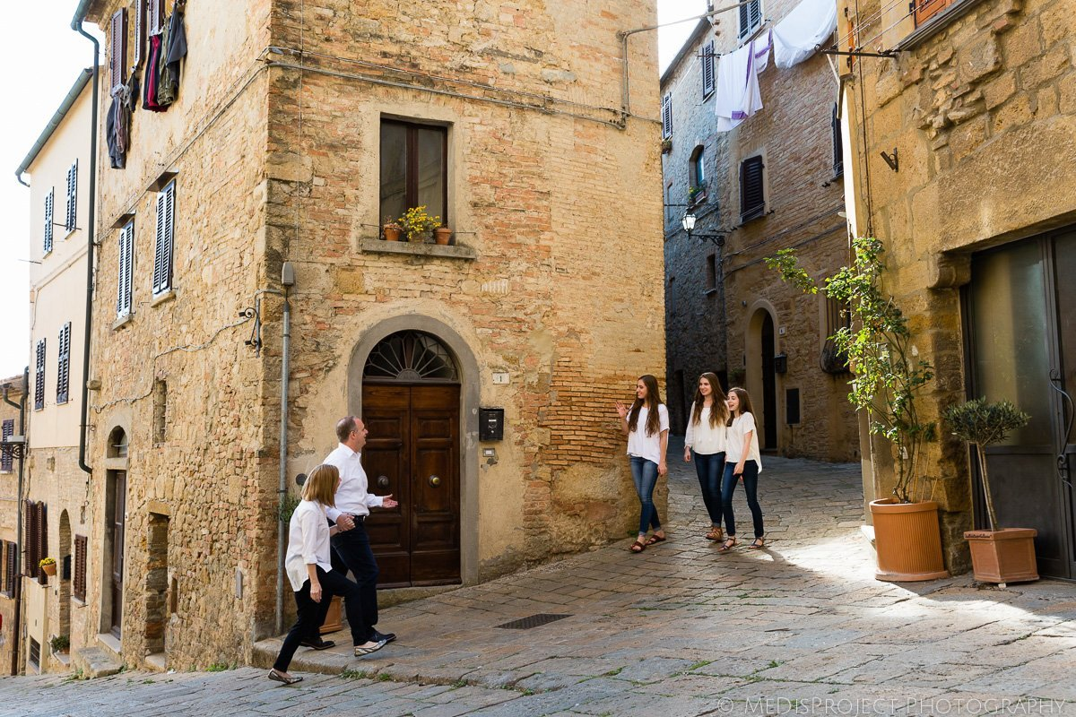 Family vacation photoshoot in Volterra