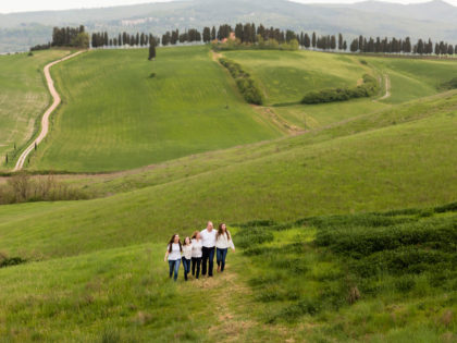 Family vacation in Volterra | Outdoor photo session in Tuscany