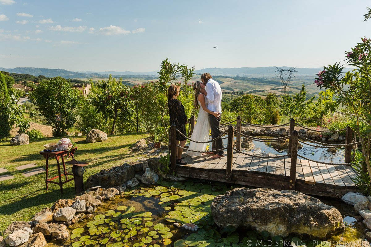 The secret elopement in Tuscany of a bohemian style couple