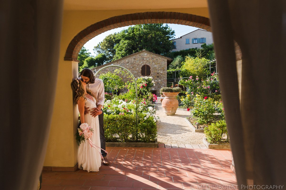 bohemian style couple getting married in the Tuscan farmhouse