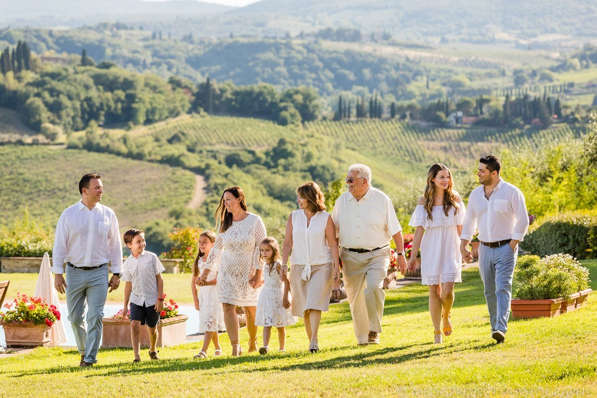 Family reunion photo session in Tuscany