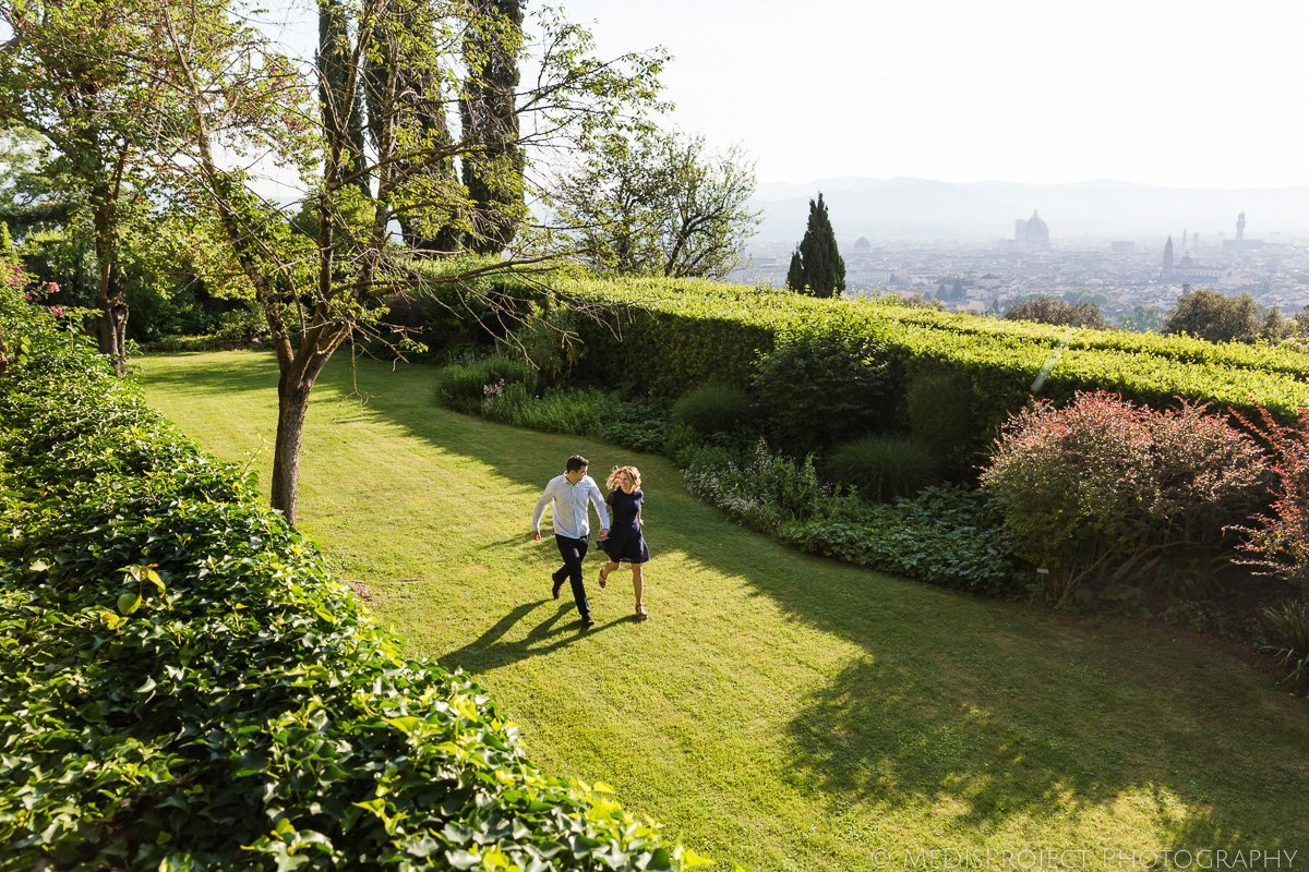 a couple running in the garden of Bellosguardo