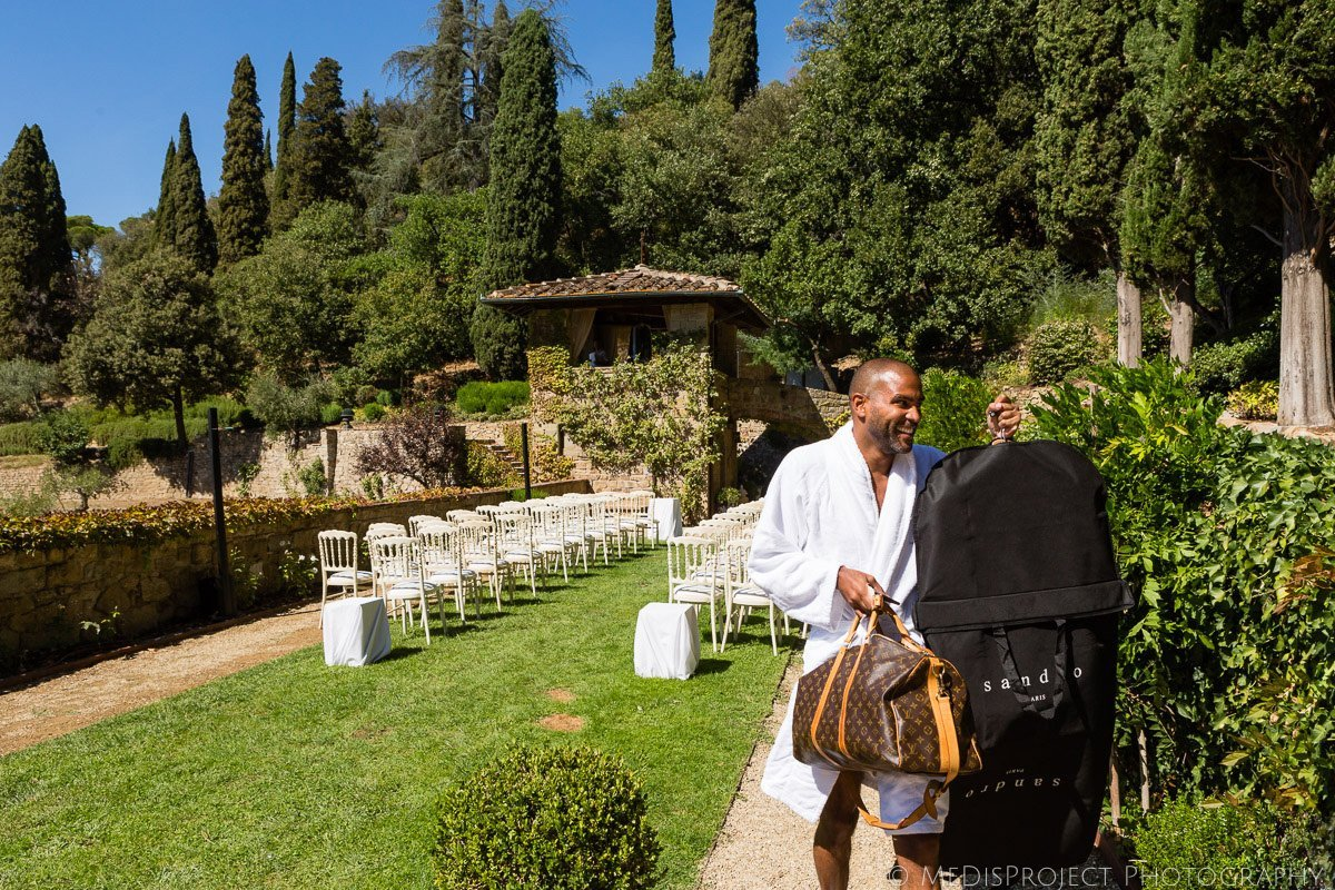 groom getting ready at Villa le Fontanelle