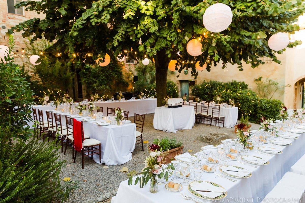 dreamy wedding dinner in borgo lucignanello bandini
