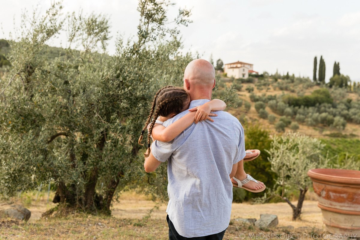 cozy candid family photos in Tuscany
