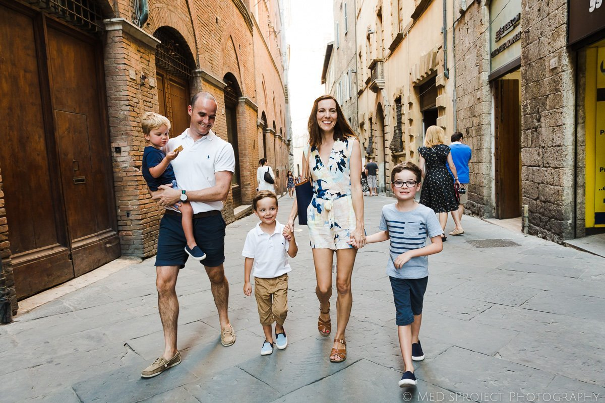 Strolling the street of Siena with your family and a photographer