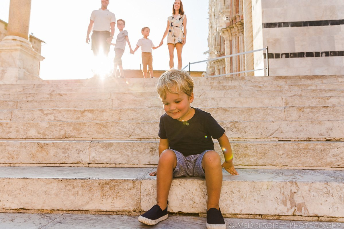 backlight photos during a family session in Italy