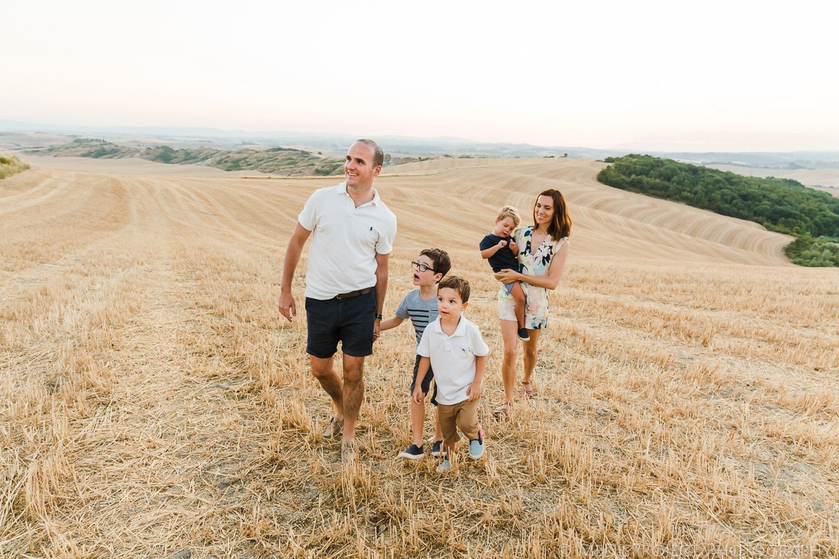 family trip photo session in the Tuscan countryside