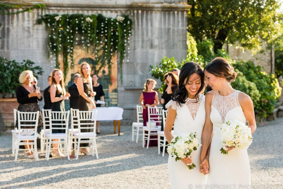 romantic lesbian wedding photos in Italy