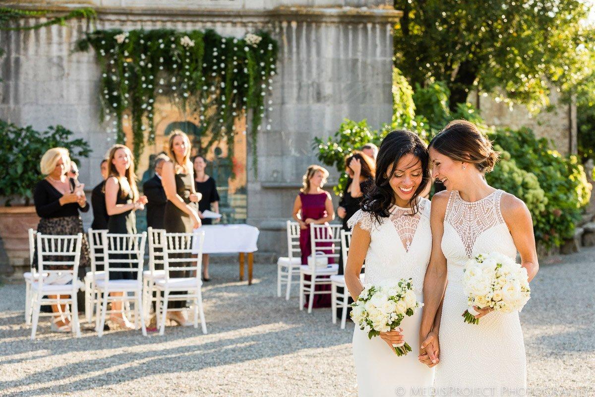 romantic lesbian wedding photos in Italy