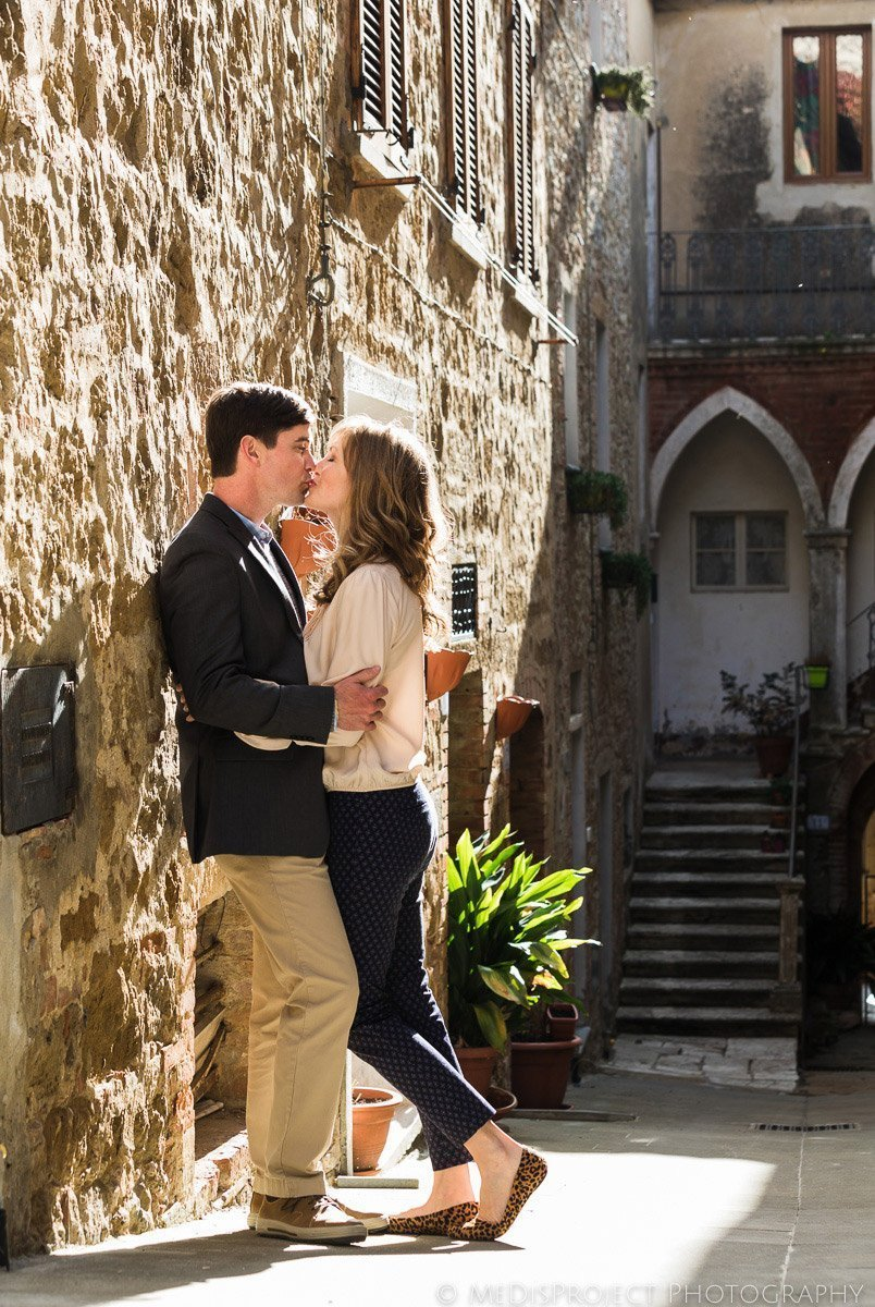 romantic photo session in Tuscan village