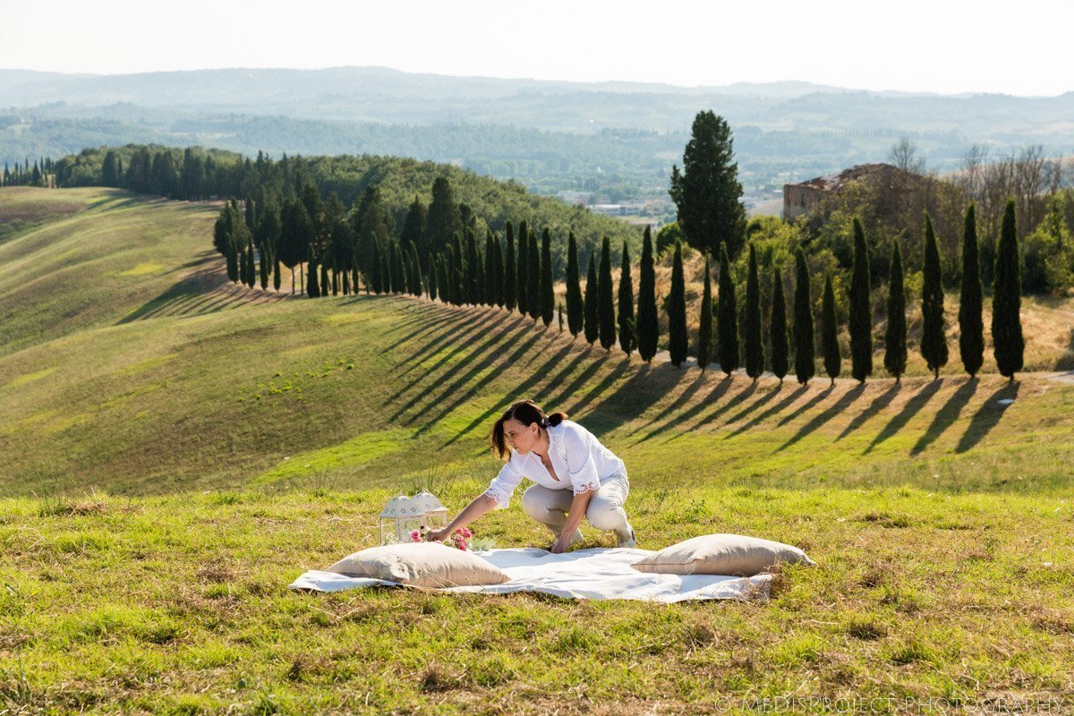 Picnic marriage proposal in Certaldo