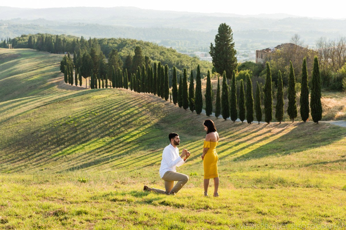 picnic marriage proposal in Tuscany
