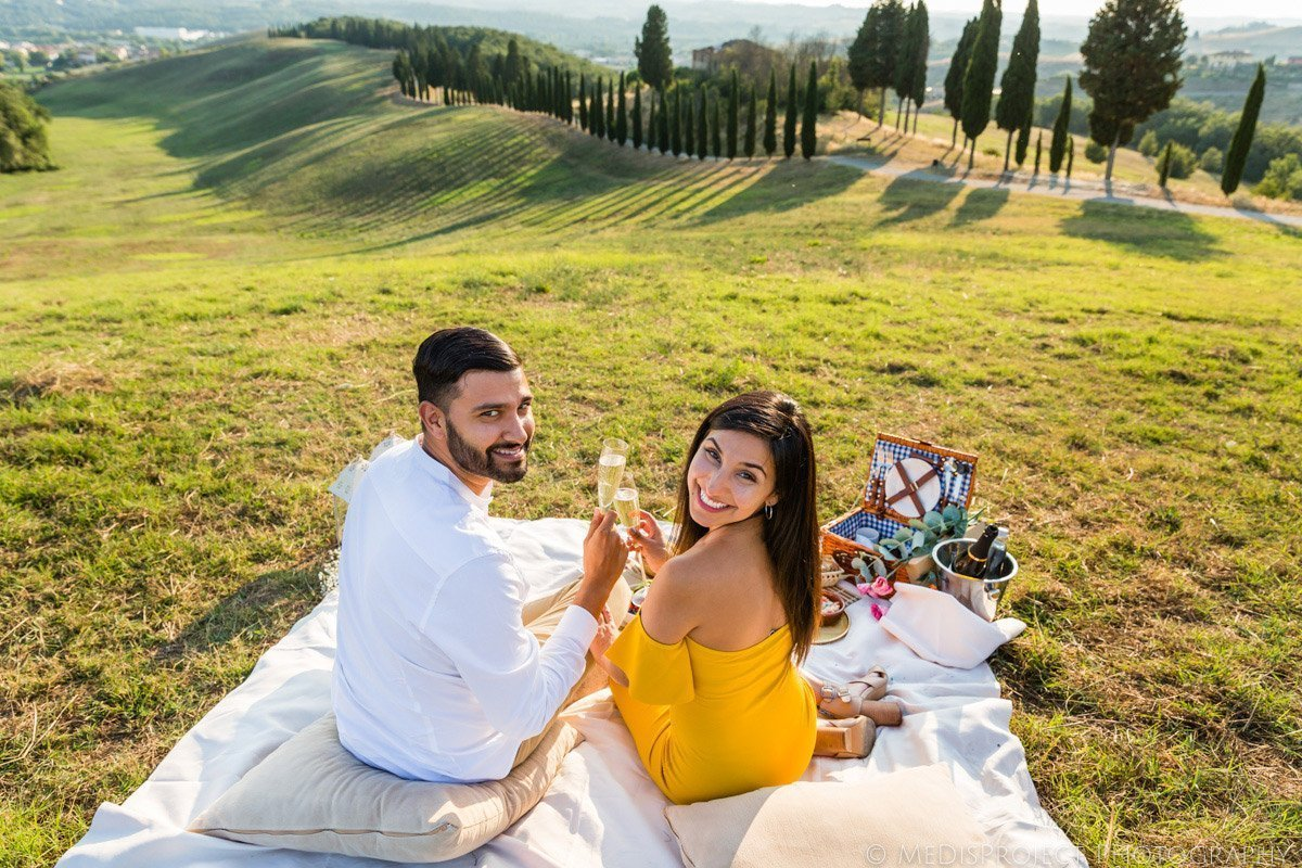 Picnic marriage proposal in Chianti