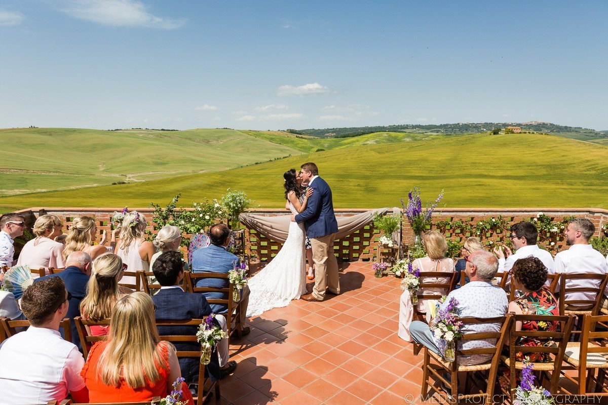 Wedding photo session with stunning Valdorcia view on the balcony at Agriturismo il Rigo
