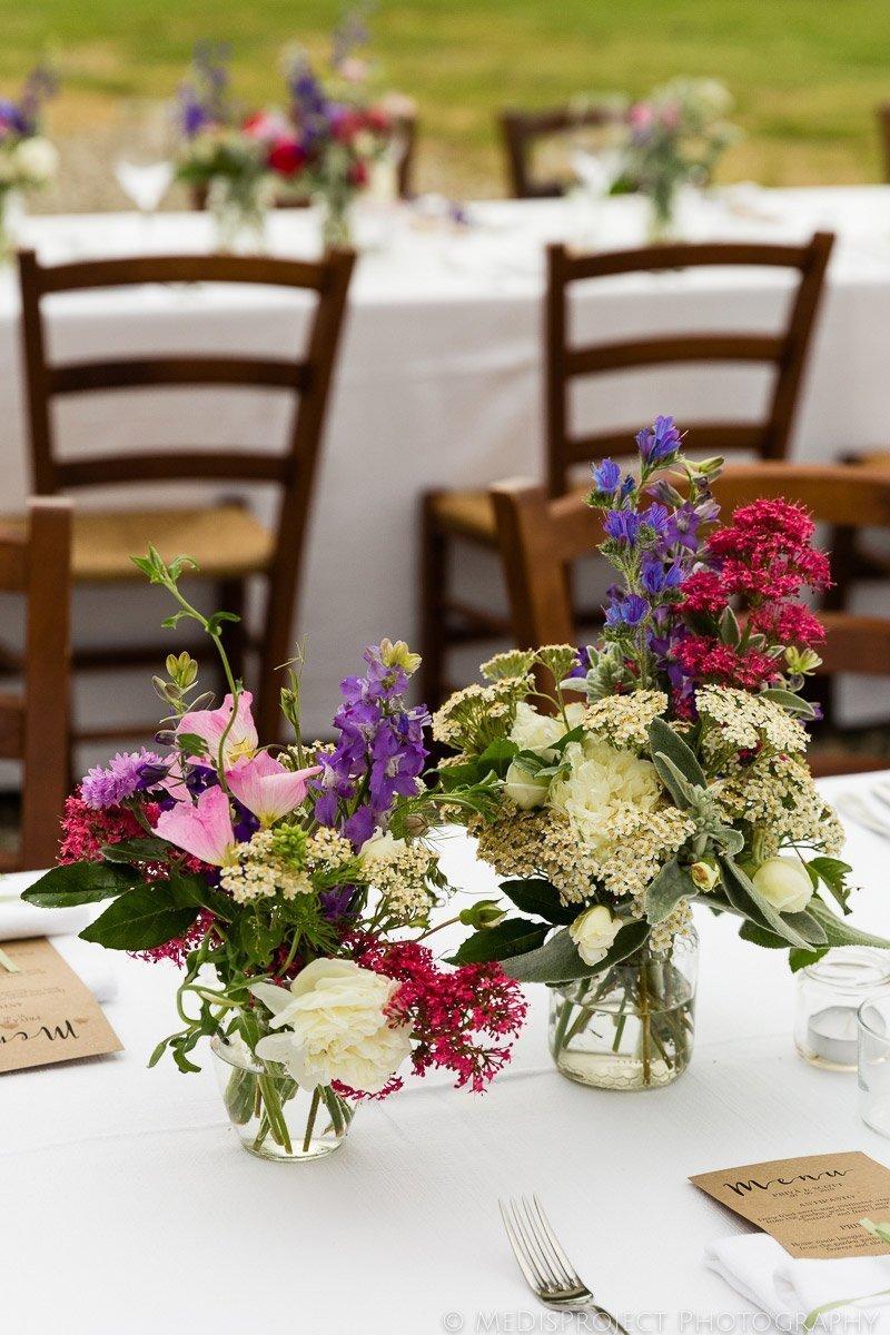Flowers decoration on a wedding dinner table at il Rigo