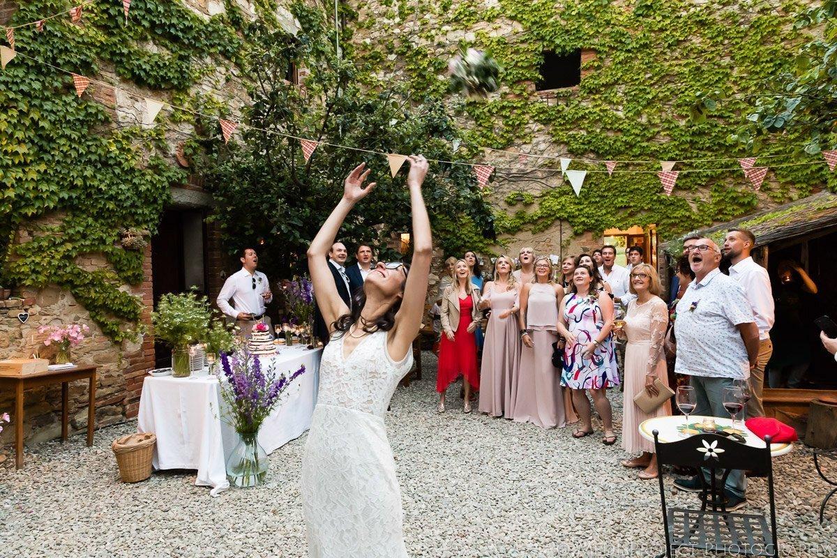 Throwing the Bridal Bouquet at Agriturismo il Rigo