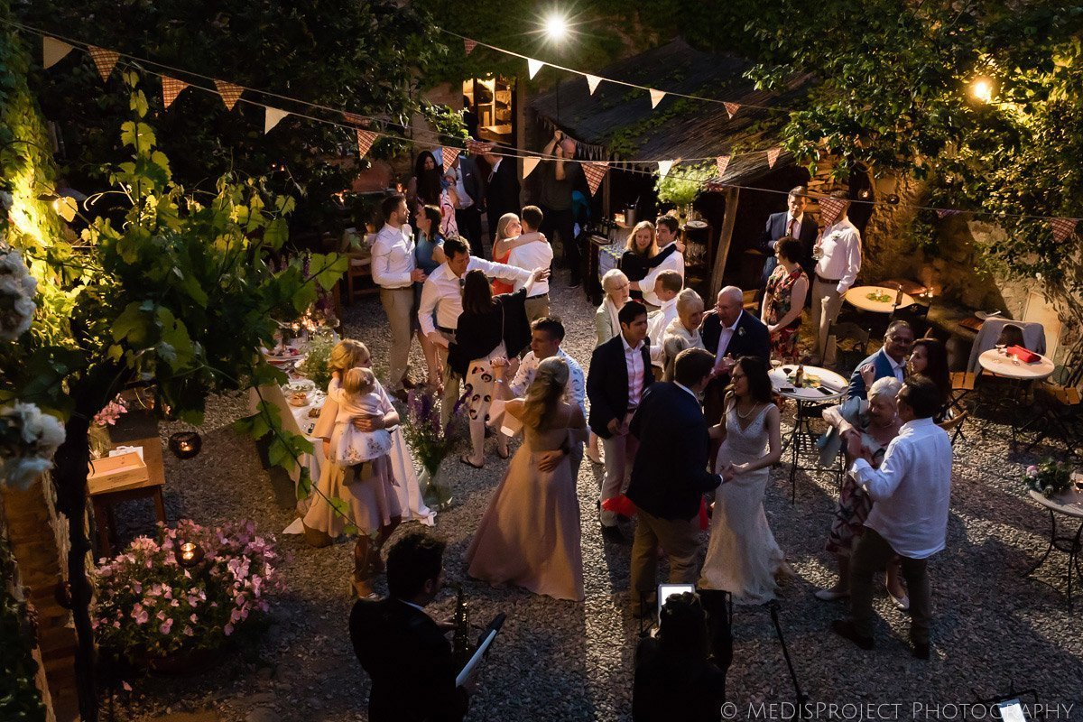 wedding party at Agriturismo il Rigo in Tuscany