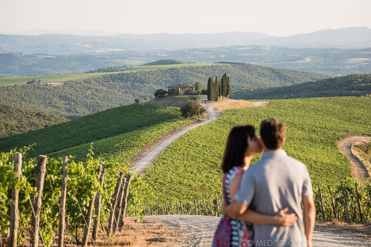 couple photo session in the Tuscan vineyards