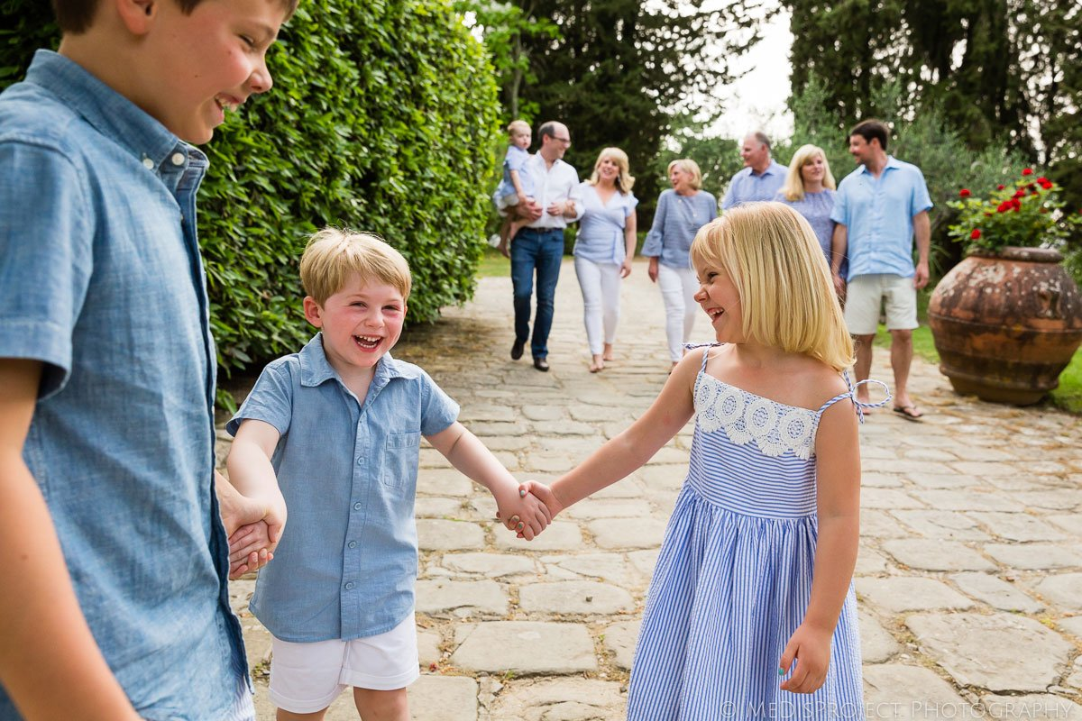 large family photo session in a private Tuscan manor