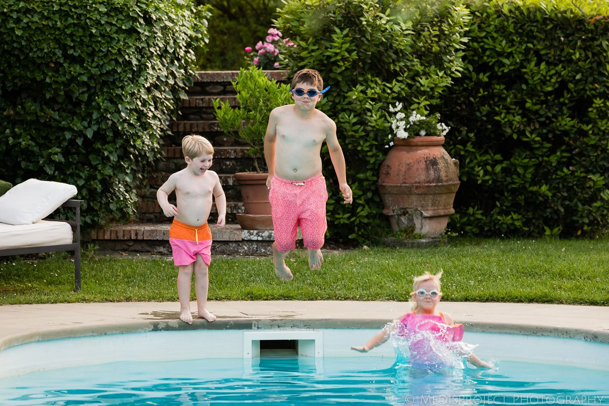 kids diving in the swimming pool at Villa Ripanera