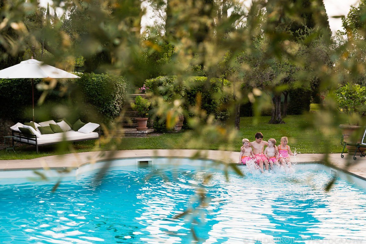 children splashing water in the swimming pool at Villa Ripanera