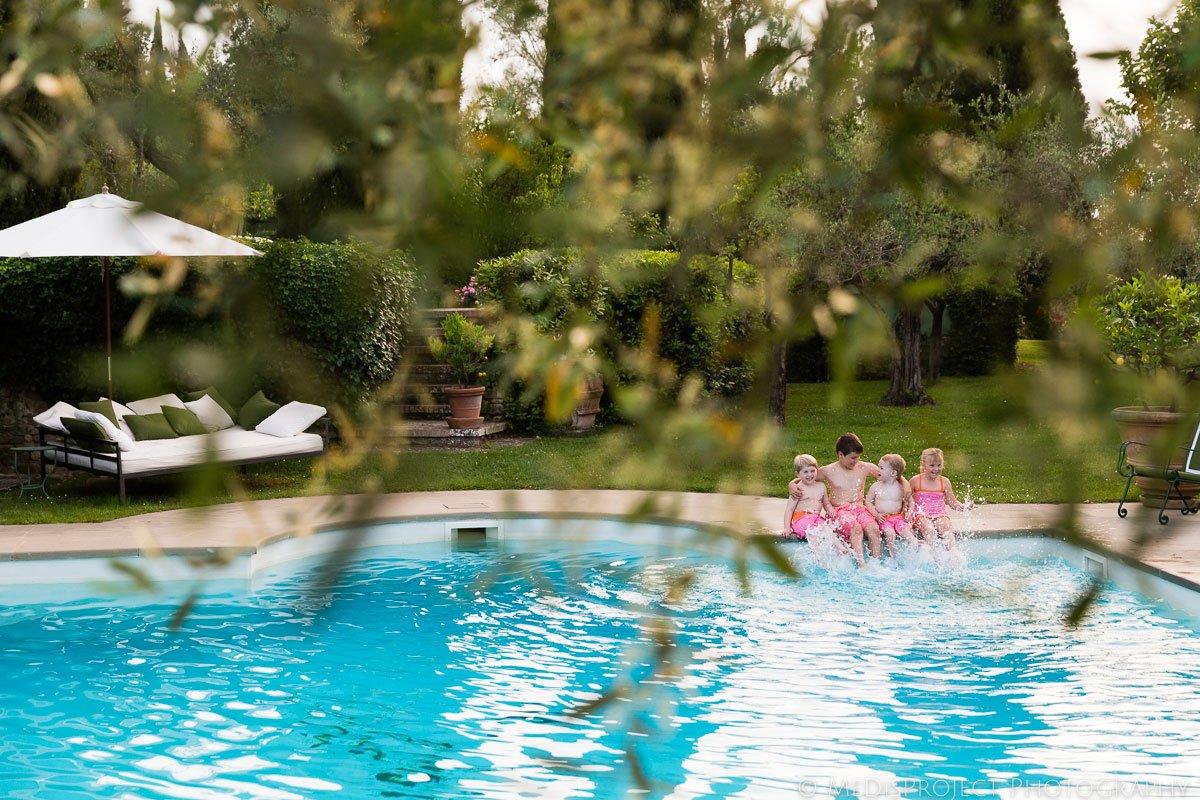 children splashing water in the swimming pool at Villa Ripanera