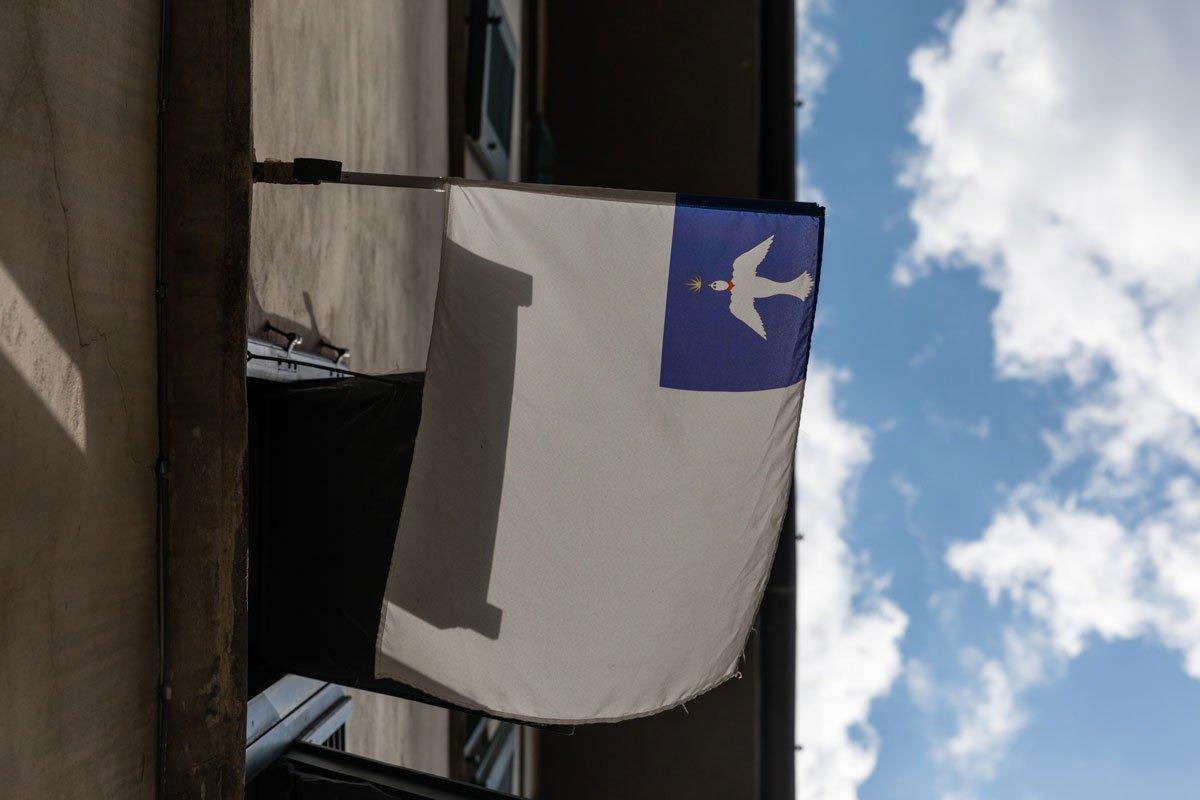 La bandiera dei Bianchi di Santo Spirito sventola a Firenze
