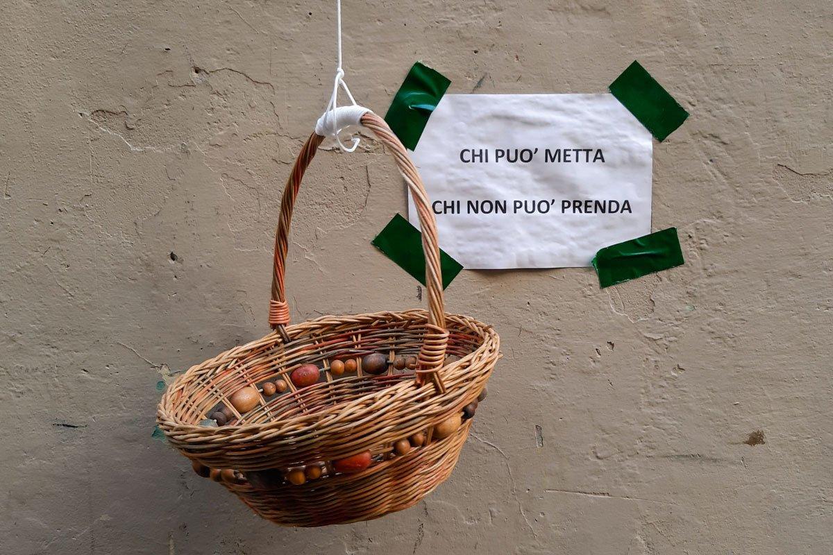 cestino di vimini per la spesa sospesa a Firenze durante la pandemia del coronavirus