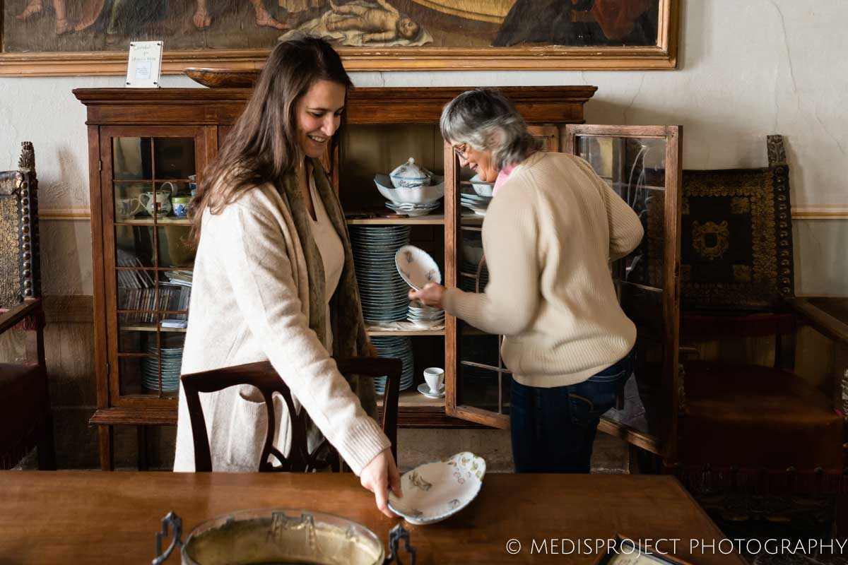 Lorenza showing old porcelain to her guests at Casa dell'Abate Naldi